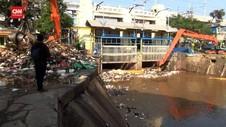 VIDEO: Gundukan Sampah Sumbat Pintu Air Manggarai