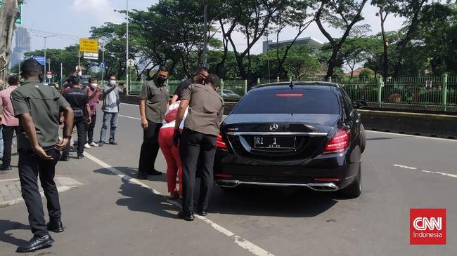 Mobil presiden berhenti setelah dipanggil oleh warga bernama Irma yang meminta rusun dan kios kepada Jokowi. Irma mengaku sebagai relawan Jokowi.