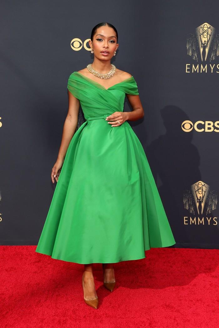Aktris Yara Shahidi tampil elegan dalam gaun bersiluet A-line berwarna hijau dari Dior haute couture. Foto: Getty Images