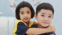<p>Dua dari empat anak Oki Setiana Dewi, Khadeejah dan Ibrahim, sering memamerkan kekompakan mereka di Instagram. (Foto: Instagram @khadeejah_faatimah_abdullah)</p>