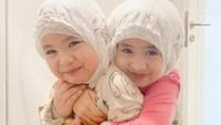 <p>Menurut Oki Setiana Dewi, kedua anaknya ini jarang banget lho bisa kompak. Kalau sudah kompak, ternyata Khadeejah dan Ibrahim enggak bisa jauh satu sama lain. (Foto: Instagram @okisetianadewi)</p>
