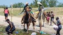 Petugas AS Setop Pakai Kuda Usir Imigran Haiti