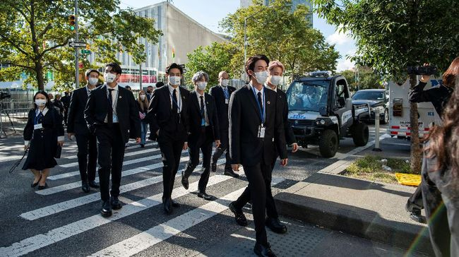 Kehadiran BTS di Markas PBB, New York pada Senin (20/9) waktu setempat, bukan hanya membawa pesan penting lewat pidatonya tapi juga jas yang dikenakan.