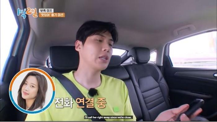 Dalam acara 2 Days 1 Night (2D1N), Kim Seon Ho memperlihatkan keakrabannya dengan menelepon sang aktris. Ia bertaruh dengan member lainnya, untuk bertanya ke orang terdekat apakah mereka terlihat keren saat memakai jas?/Foto: Youtube/KBS World TV