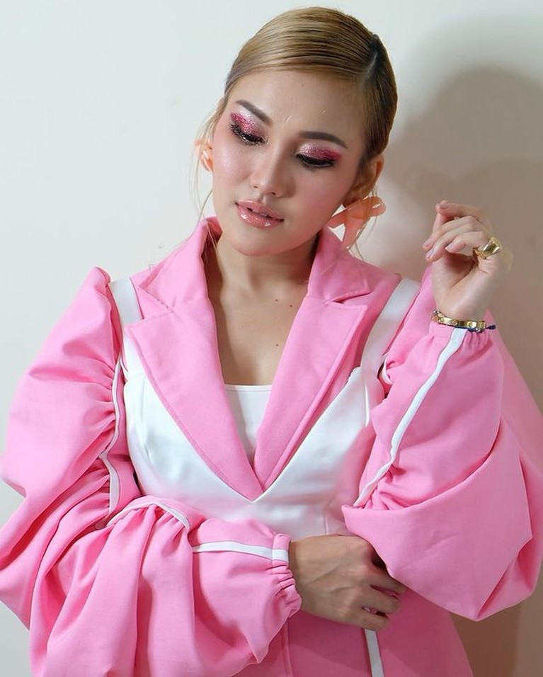 Penampilan Ayu Ting Ting memakai outfit pink ala idol K-Pop Korea tuai pujian. Yuk kita intip potretnya!