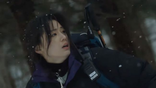 Jun Ji-hyun dan Ju Ji-hoon terlihat menghadapi situasi menegangkan di tengah hutan dalam teaser baru Cliffhanger atau Jirisan.