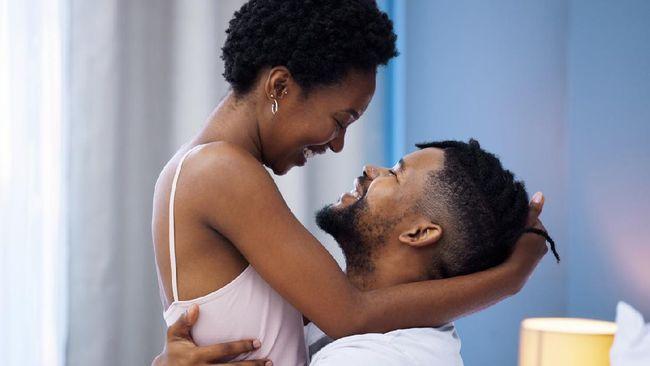 Posisi menentukan hasil. Jika Anda dan pasangan sulit orgasme, coba posisi seks lotus. Posisi seks ini juga membuat hubungsan makin intim.