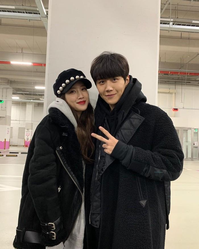 Keduanya kembali bertemu dalam drama Find Me in Your Memory. Kim Seon Ho tampil sebagai cameo dalam drama ini. Chemistry apik keduanya ternyata yang membuat sang sutradara meminta Kim Seon Ho hadir sebagai cameo, Beauties!/Foto: Instagram.com/seonho__kim