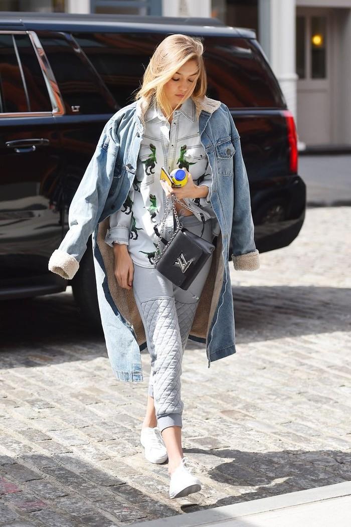 Kemeja juga bisa dipadukan dengan sweatpants. Pilih kemeja dengan motif yang unik, lalu tambahkan jaket denim untuk memaksimalkan look kamu. (Pinterest.com)