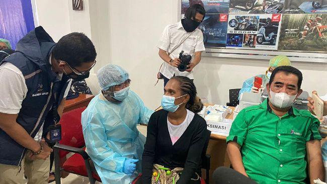 Menparekraf Sandiaga Uno optimis, vaksinasi massal yang menyasar 8.000 masyarakat Papua mampu menggerakkan kembali perekeonomian di Bumi Cenderawasih.