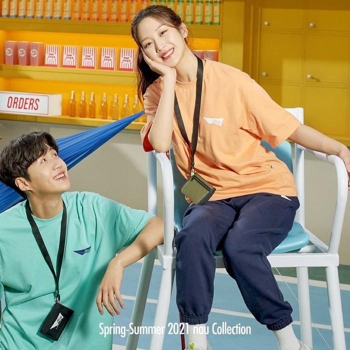 Kim Seon Ho dan Moon Ga Young pun didapuk menjadi brand ambassador brand pakaian, NAU. Potret keduanya semakin membuat fans berharap hubungan mereka lebih dari sekadar Oppa - Dongsaeng. Kamu termasuk yang berharap juga kah, Beauties?/Foto: Instagram.com/naukorea