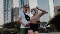 <p>Marcell Darwin dan Nabila Faisal kerap mengajak putranya jalan-jalan. Mereka tak pernah absen mengabadikan potret kebersamaan di media sosial, Bunda. (Foto: Instagram @marcelldarwin)</p>
