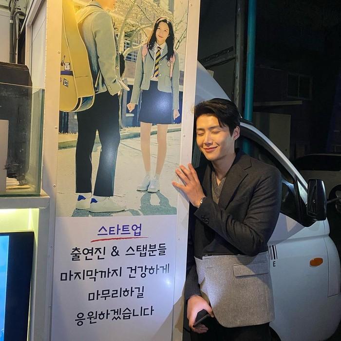 Moon Ga Young juga mengirimkan coffee truck untuk mendukung Kim Seon Ho yang sedang syuting drama Start Up. Bahkan saat interview dengan ELLE, Moon Ga Young sempat bercerita tentang pertemanannya dengan Kim Seon Ho./Foto: Instagram.com/seonho__kim