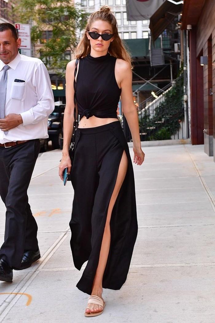 Simple but gorgeous. All black outfit ala Gigi kali ini adalah padupadan sleeveless top dengan slit pants. Tak hanya stylish, all black outfit bisa membuat kamu terlihat lebih tinggi. (Pinterest.com)