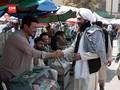 VIDEO: Komandan Taliban Lepas Senjata Dekati Warga