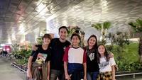 <p>Tak hanya bersama orang tua, Lionel yang akan masuk sekolah bola di Paris juga diantar oleh kedua saudanya, Diego Andres Sinathrya dan Quinesha Sabrina Sinathrya. (Foto: Instagram)</p>