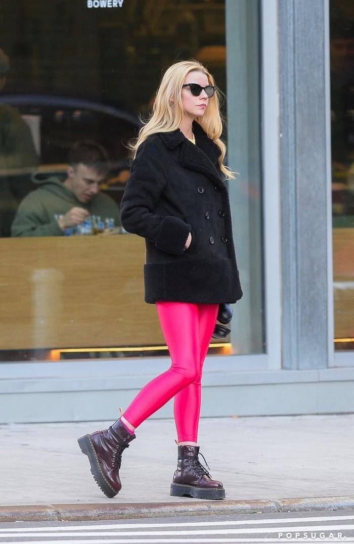 Anya Taylor-Joy terlihat mencuri perhatian lewat legging warna neon berwarna fuschia. Ia tampak memadukan legging-nya tersebut dengan jaket hitam serta kacamata model cat eye. Gaya street style-nya jadi makin keren banget ya!/Foto: Getty Images