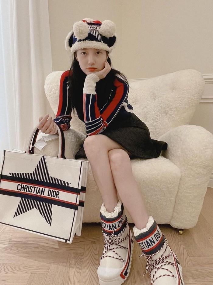 Pada Selasa, (21/9) lalu, Suzy mem-posting beberapa foto di Instagram. Ia memamerkan hadiah dari brand DIOR, sebagai bentuk hadiah perayaan festival Chuseok di Korea Selatan. Suzy sendiri adalah brand ambassador dari merek mewah tersebut./Foto: instagram.com/skuukzky