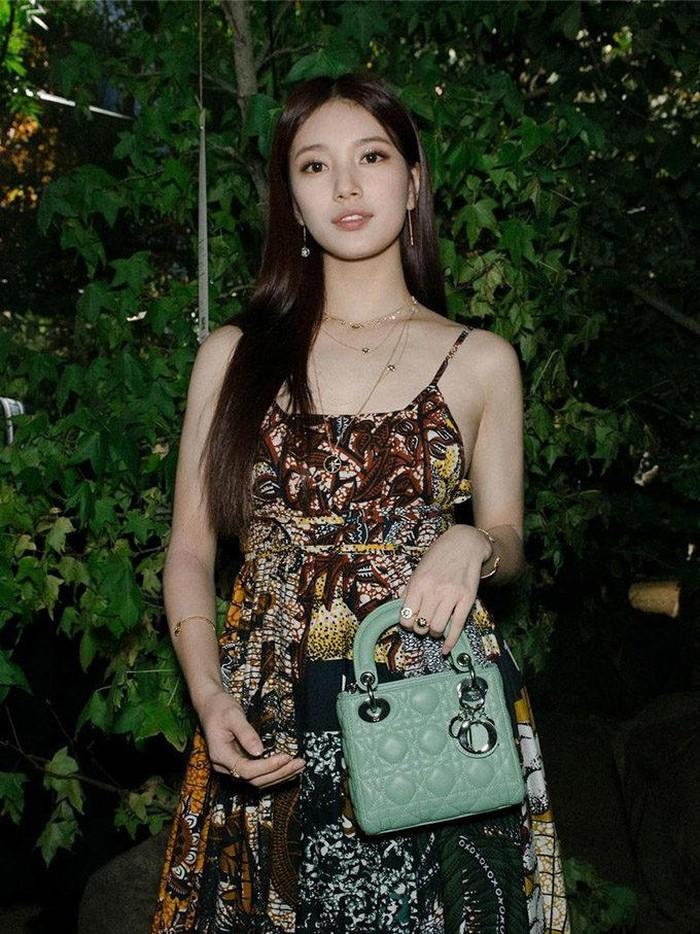 Suzy memang jadi salah satu selebriti Korea dengan pendapatan paling tinggi, Beauties. Nggak heran kalau ia kerap kali tampil dengan outfit mewah ataupun mengoleksi furnitur-furnitur mahal di kediamannya!/Foto: vogue.sg