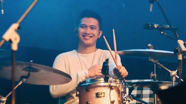 Calon suami Eva Celia, Demas Narawangsa merupakan drummer, komposer, dan produser kelahiran Jakarta 9 April 1993.
