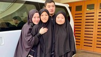 <p>Ketiga anak Lyra Virna, Eizel, Eisha, dan Quin adalah penghafal Al-Qur'an, Bunda. Ketiganya menempuh pendidikan di pondok pesantren. Lyra pun berharap ketiga anaknya untuk mengejar akhirat dengan mencari ilmu agama sesuai dengan petunjuk Al-Qur'an. MasyaAllah!</p>