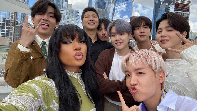 Megan Thee Stallion mengunggah empat foto kebersamaannya dengan BTS ketika berada di New York. Mereka sempat kolaborasi lewat Butter remix.