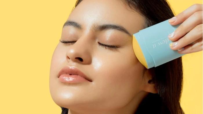 Nggak Kalah dari Brand Luar, Ini 4 Sunscreen Stick Skincare Lokal yang Patut Dicoba!