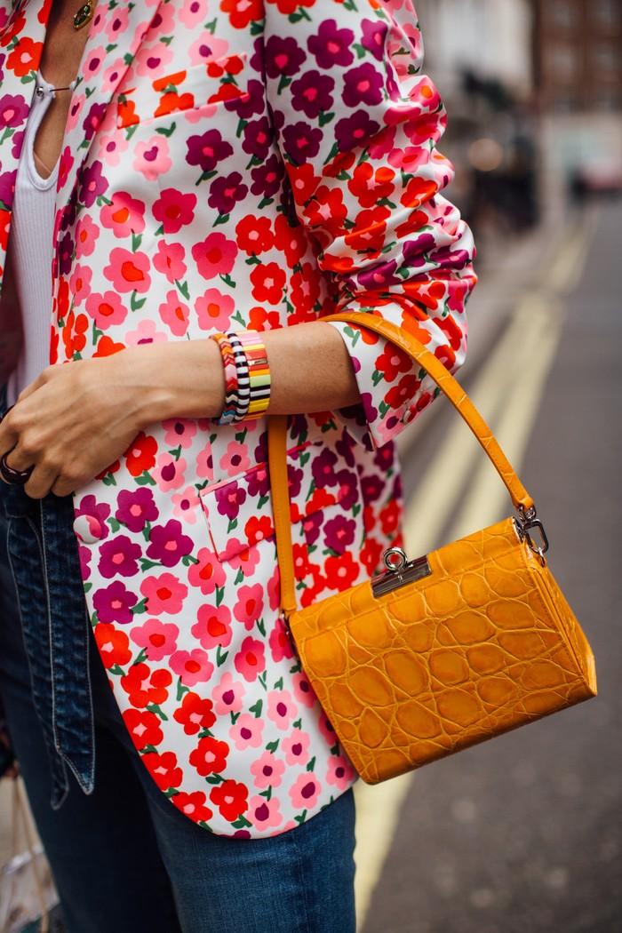 Tekstur dapat menjadi elemen lain yang bisa kamu mainkan. Semisal croco embossed seperti pada tas ukuran mini. Foto: livingly.com/IMAXtree