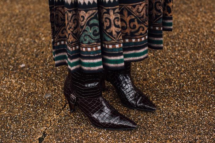 Selain hitam kamu juga bisa mencoba warna coklat dengan teksur croco embossed untuk pilihan sepatu boots. Foto: livingly.com/IMAXtree