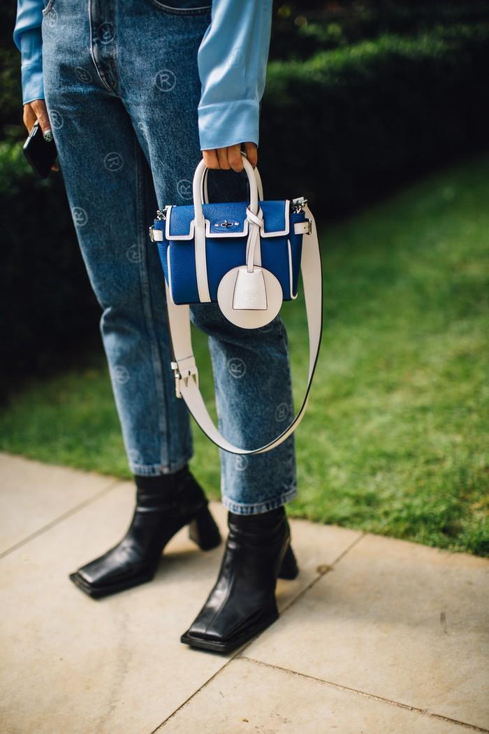 Desain boots yang unik memberi kontras yang edgy pada tampilan serba biru. Foto: livingly.com/IMAXtree