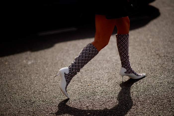 Pola geometris pada boots memberi nuanas eklektik pada penampilan. Foto: livingly.com/IMAXtree