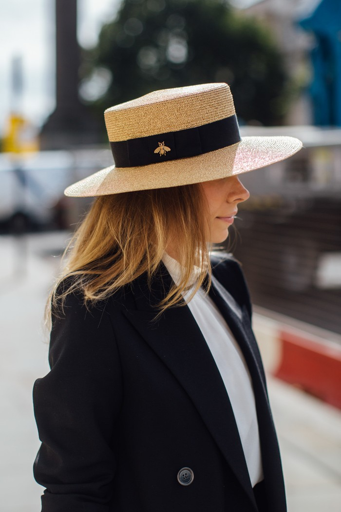 Selain bucket hat, model topi yang diramalkan akan menjadi tren adalah boater dan fedora. Foto: livingly.com/IMAXtree