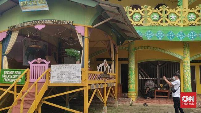 Pimpinan kerajaan Angling Dharma dikenal punya 4 istri dan tertutup. Mereka jarang bersosialisasi dengan warga sekitar Pandeglang, Banten.