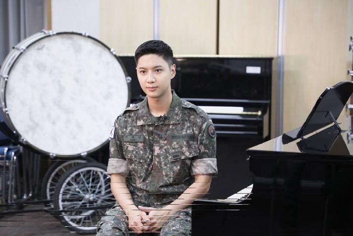 Tidak butuh waktu lama, foto-foto terbaru Taemin langsung viral. Banyak netizen yang pangling dengan anggota termuda SHINee ini, karena tampak gagah dengan balutan seragam militernya./Foto: instagram.com/mma_go_kr