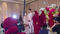 <p>Ria Ricis dan Teuku Ryan melangsungkanlamaran hari ini, Kamis (23/9/2021), Bunda. Prosesi lamaran YouTuber dengan calon suaminya itu berlangsung di hotel berbintang, di bilangan Kuningan, Jakarta Selatan. (Foto: YouTube Vazo Ahmad)</p>