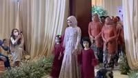 <p>Selesai proses tebak-tebakan, Ria Ricis akhirnya masuk ke dalam <em>venue</em> lamaran. Ia didampingi kedua keponakannya yaitu putri-putri Oki Setiana Dewi, Maryam dan Khadeejah. (Foto: YouTube Vazo Ahmad)</p>