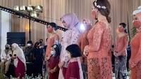 <p>Terdapat prosesi seserahan dari pihak keluarga Teuku Ryan kepada keluarga Ria Ricis. Salah satu seserahannya adalah pakaian adat Aceh, Bunda.(Foto: YouTube Vazo Ahmad)</p>