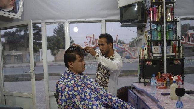 Taliban melarang tukang pangkas rambut mencukur janggut pelanggan dan memutar musik di tempat usaha mereka.