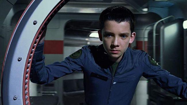 Sinopsis Ender's Game dimulai ketika Ender (Asa Butterfield) menarik perhatian Kolonel Hyrum Graff (Harrison Ford) dalam akademi Battle School.
