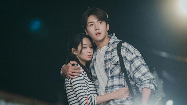 Romantisme Kim Seon-ho dan Shin Min-ah akan terganggu dalam episode terbaru Hometown ChaChaCha yang tayang Sabtu (25/9).