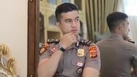 <p>Belakangan ini seorang polisi tampan mencuri perhatian publik lewat TikTok. Pemilik akun @imustakim itu viral karena parasnya yang ganteng, Bunda. (Foto: Instagram @imustakimm)</p>