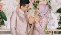 <p>Ria Ricis dan calon suaminya tampak begitu serasi nih, Bunda. Keduanya sama-sama mengenakan pakaian dengan warna blush pink. (Foto: Instagram @teukuryantr)</p>