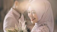 <p>Momen lamaran pasangan ini banyak dibagikan kerabat dan teman dekat di media sosial. Semuanya turut mendoakan kebahagiaan pasangan ini. (Foto: Instagram @teukuryantr)</p>