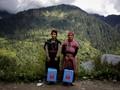 FOTO: Menapaki Tebing Demi Vaksinasi Warga Desa di Himalaya