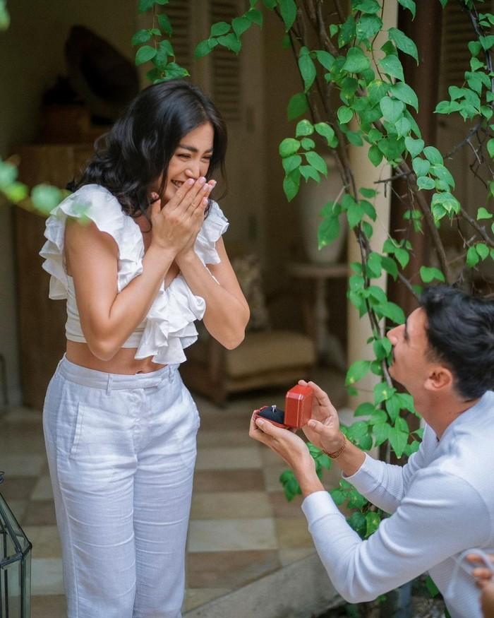 Sembari berlutut, pria tampan ini menyodorkan cincin cantik kehadapanJedar. Potret bahagia, kagum, dan haru yang dirasakan oleh perempuan berusia 33 tahun initerekam jelas dalam bidikan foto lamarannya tersebut. (Foto: Instagram.com/inijedar)