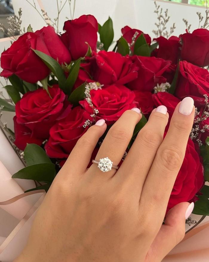 Cincin sederhanan bermatakan satu, namun terlihat mewah ini terlihat begitu cantik melingkar dalam jari manis Jedar. Di laman Instagramnya, perempuan cantik ini pun mengungkapkan perasaan bahagia yang dirasakannya. (Foto: Instagram.com/inijedar)