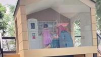 <p>Fitri Tropica baru saja membangun rumah-rumahan untuk putri semata wayangnya, Sada Amina Hanara. Rumah-rumahan ini dilengkapi beberapa permainan yang disukai buah hatinya, Bunda. (Foto: TikTok @fitropfitrop)</p>