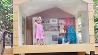 <p>Fitri Tropica membangun rumah mainan Sada di halaman rumah nih, Bunda. Rumah kecil ini memiliki seluncur atau 'perosotan' untuk bermain di outdoor. (Foto: TikTok @fitropfitrop)</p>