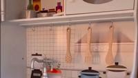 <p>Di dalam rumah-rumahan Sada, terdapat kitchen set lengkap lho. Peralatan memasak lengkap dan aman untuk Sada. (Foto: TikTok @fitropfitrop)</p>