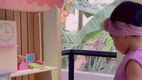 <p>Sada begitu senang diberikan kejutan rumah-rumahan ini. Bocah yang akan berusia 2 tahun itu tersenyum semringah saat masuk ke dalam rumah kecil miliknya. (Foto: TikTok @fitropfitrop)</p>